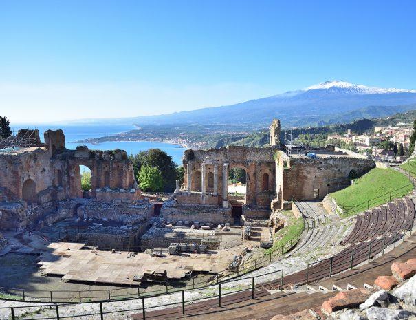 Taormina e Etna sullo sfondo