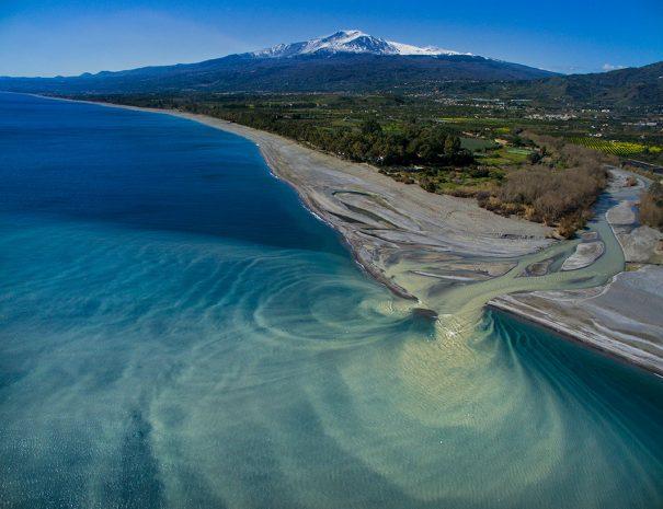 Fiume Alcantara ed Etna sullo sfondo